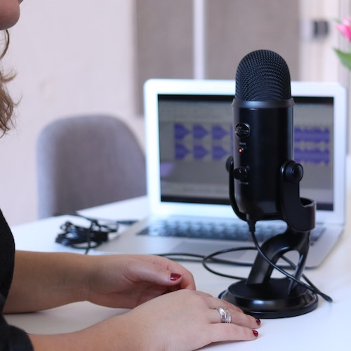 SQUARE Podcast microphone laptop 500x500pxl